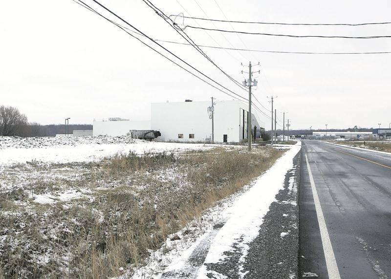 Les propriétaires de l'entreprise KC Diesel sont sur le point d'acquérir ce terrain vacant situé dans le parc industriel Théo-Phénix.  Photo Robert Gosselin | Le Courrier ©