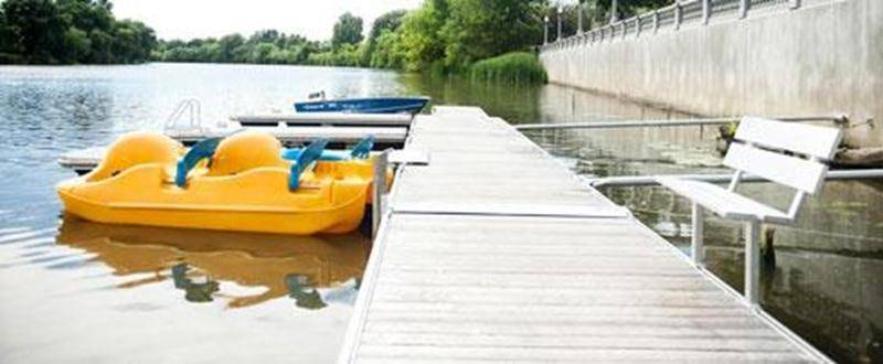 Venez profiter des belles journées et découvrez la rivière sous un autre angle en louant une embarcation telle que pédalo, kayak, chaloupe, rabaska (canot à 10 places) pour 6 $ l'heure (avec carte « Accès-Loisirs ») ou 9 $ (sans carte). Vous pouvez également faire une balade en ponton avec une douzaine de vos amis pour 36 $ plus taxes la première heure (avec carte « Accès-Loisirs »). Le Centre nautique est situé au 3198, rue Girouard Ouest, près de la Porte des anciens maires. Il vous accueille