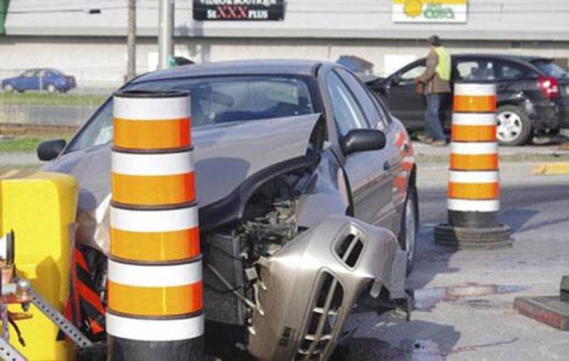 Une manoeuvre illégale effectuée à l'intersection du boulevard Laframboise et de la rue Picard a provoqué une collision entre deux véhicules vendredi.