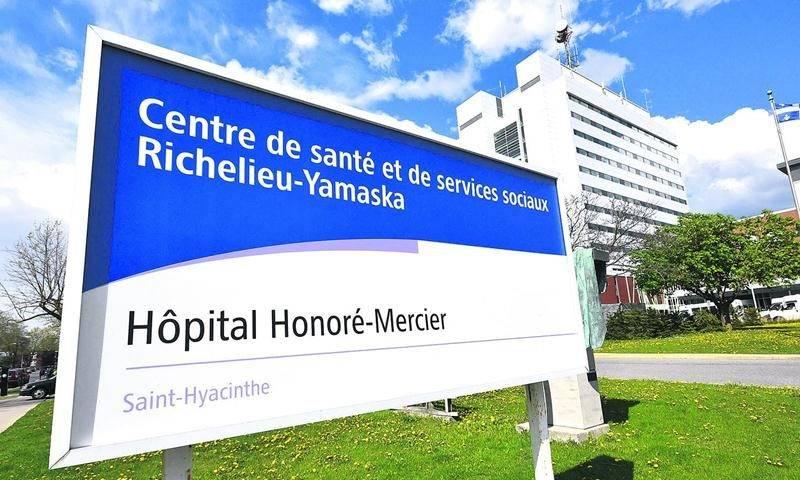 L'affiche à l'entrée de l'Hôpital Honoré-Mercier porte encore la marque de l'ancien CSSS. Photo François Larivière | Le Courrier ©