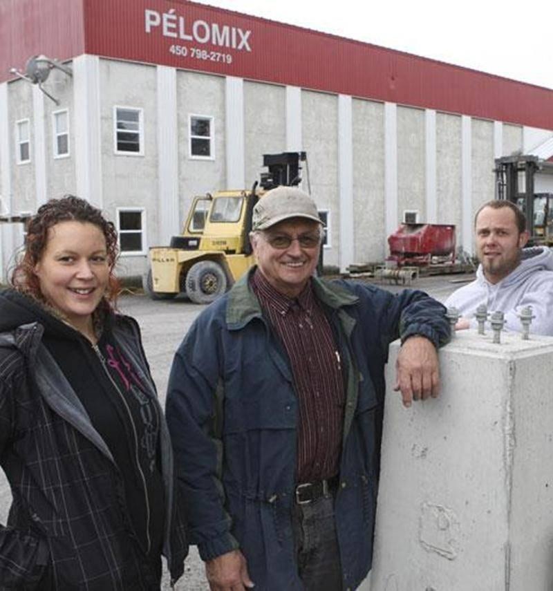 Sur la photo on aperçoit, Gilles Poulin entouré de sa fille Véronique et de son fils Mathieu.