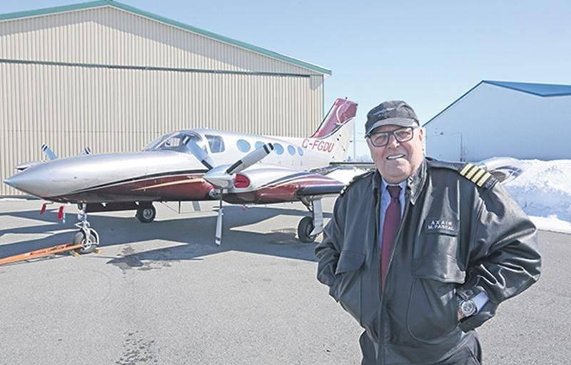 Michel Pascal sur le tarmac de l'aéroport de Saint-Hyacinthe devant le Cessna 421B Golden Eagle, premier appareil d'Axair Aviation. Photo Robert Gosselin | Le Courrier ©