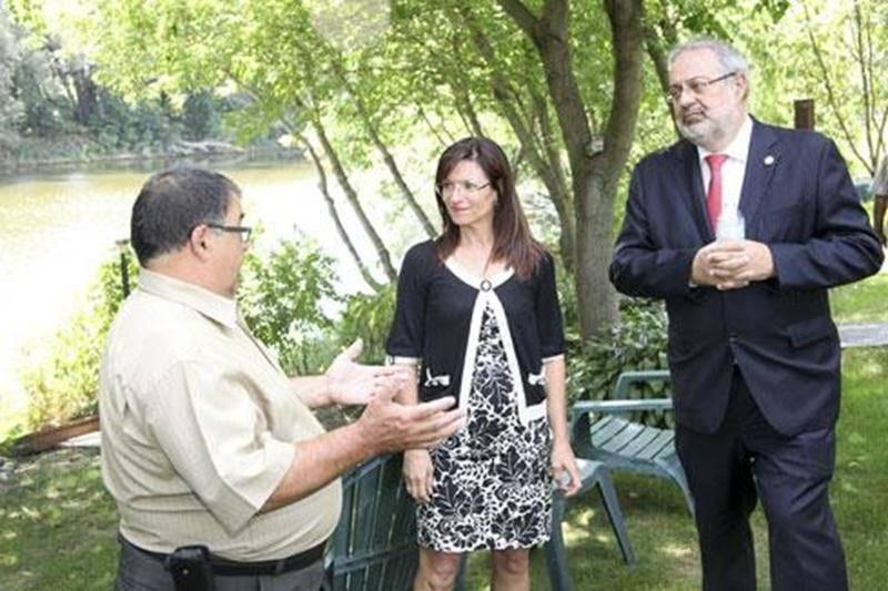 Le maire de Saint-Pie, Pierre St-Onge (au premier plan), a discuté d'environnement avec le ministre Pierre Arcand et la candidate libérale dans Saint-Hyacinthe, Louise Arpin, au bord de la Yamaska.