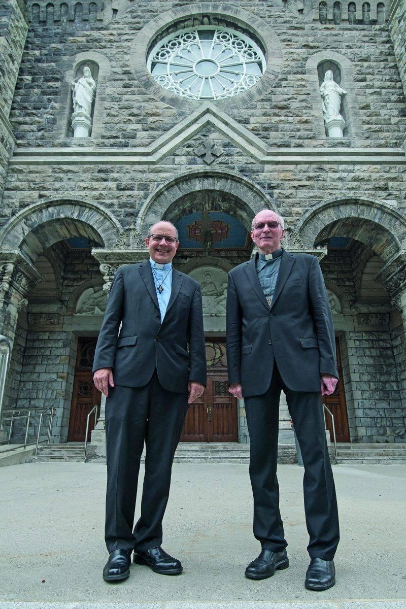 Mgr Christian Rodembourg (à gauche) et Mgr François Lapierre (à droite). Les deux hommes d'Église ont fait un premier contact le 30 juin, une occasion pour le futur évêque de rencontrer toute l'équipe du diocèse. Photo Martin Lacasse | Le Courrier ©
