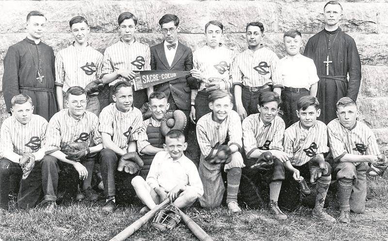 Une équipe de jeunes joueurs du Collège Sacré-Cœur en 1936. Collection Centre d'histoire CH479.