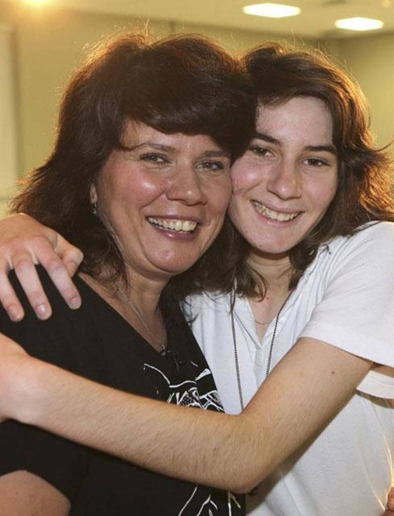 Marina Orsini en visite à l'école secondaire Saint-Joseph pose fièrement avec Géraldine Faure, étudiante de l'école, qui a initié la visite de la porte-parole de Tel-jeunes.