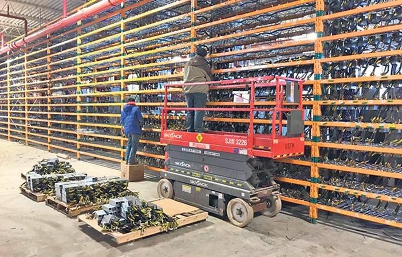 Cette photo montre des employés de Bitfarms en train d'installer ce qui semble être la deuxième phase des installations de l'entreprise à Saint-Hyacinthe. Elle a été publiée sur le compte Twitter de l'entreprise le 22 décembre 2017.