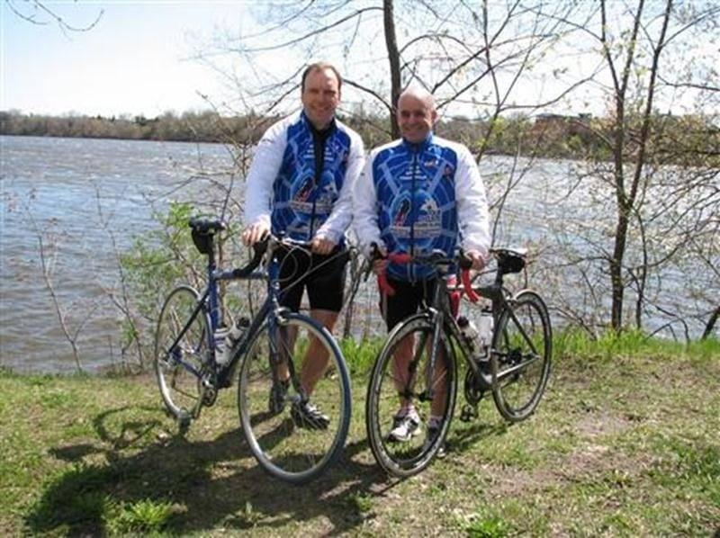 Guy Ménard et Guy Ravenelle seront du Tour cycliste des policiers de Laval qui fera escale à Saint-Hyacinthe le 1<sup>er</sup> juin.