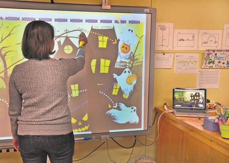 Plusieurs tableaux interactifs causent des maux de tête à la CSSH depuis au moins un an. Photo François Larivière | Le Courrier ©