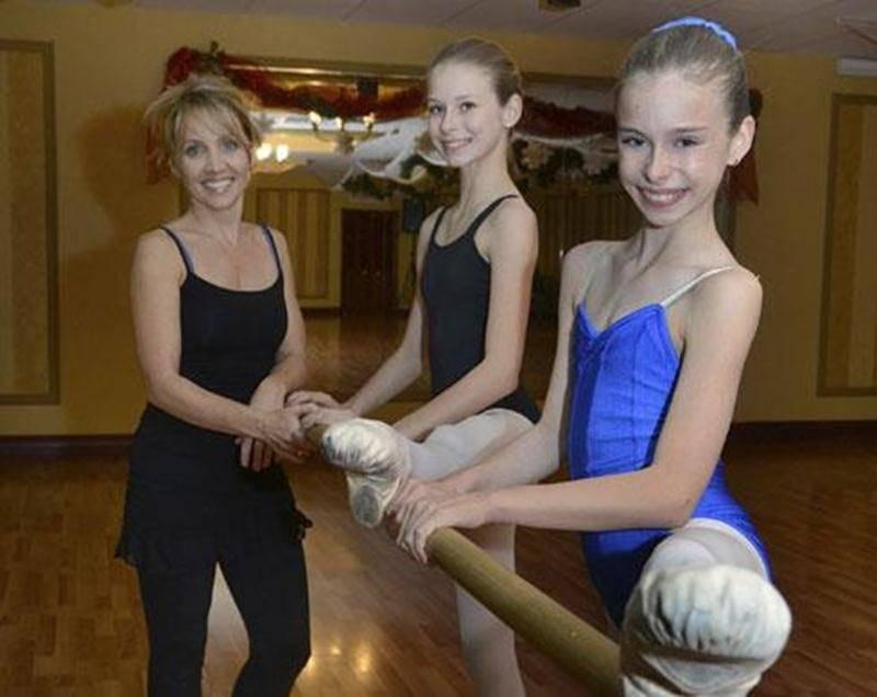 Victoria et Alexandra Chartier en compagnie de leur professeure de ballet Louise Labrecque, aussi directrice de l'Académie de ballet classique qui porte son nom.