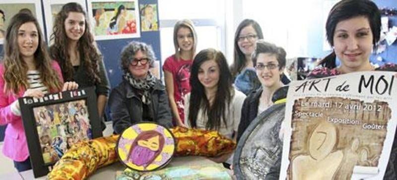 Claire Sarrazin, coordonnatrice de l'organisme Sattelite, entourée de jeunes de la région maskoutaine qui participeront à exPRESSION.