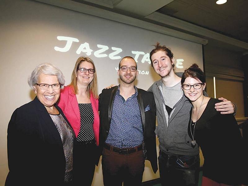 On reconnaît, de gauche à droite : Brigitte Sansoucy, députée de Saint-Hyacinthe-Bagot, Sylvie Tétreault, coordonnatrice du Trait d'union montérégien, Olivier Dubois, président d'honneur de Jazz ta vie, ainsi que Damien-Jade Cyr et Marianne Ruel, tous deux du Alley Jazz Band.