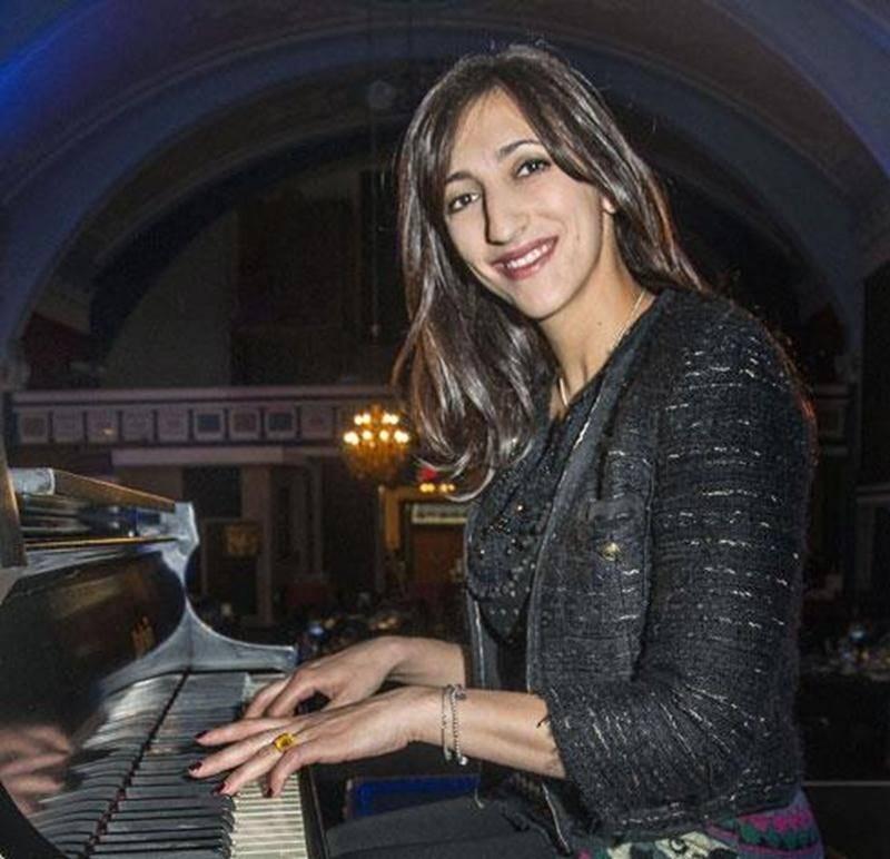 De passage à Saint-Hyacinthe dans le cadre d'un spectacle corporatif privé à la salle La Scène, Florence K a présenté les chansons de son répertoire musical en compagnie de deux de ses musiciens.