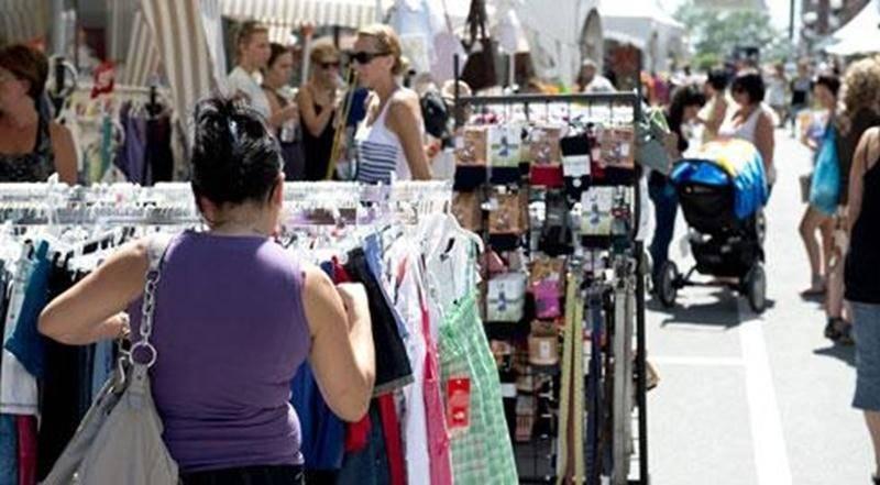 La chaleur accablante a fait chuter progressivement l'achalandage à la vente trottoir du centre-ville.