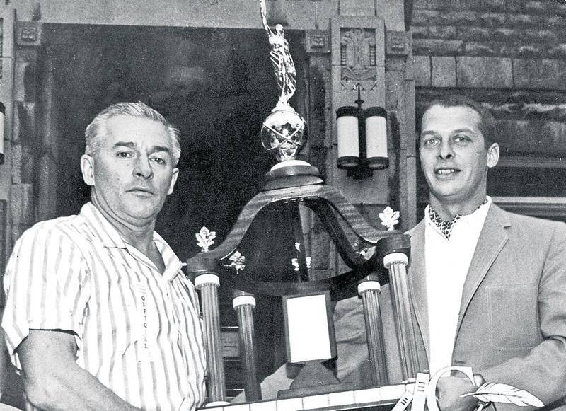 À partir de 1964, Le Courrier de Saint-Hyacinthe offre un trophée à l'équipe qui obtient les meilleurs résultats lors de la course. Ici, Gérard Côté prend la pose avec son ami Denis Chartier, éditeur du Courrier. Coll. Centre d'histoire de Saint-Hyacinthe, CH380.
