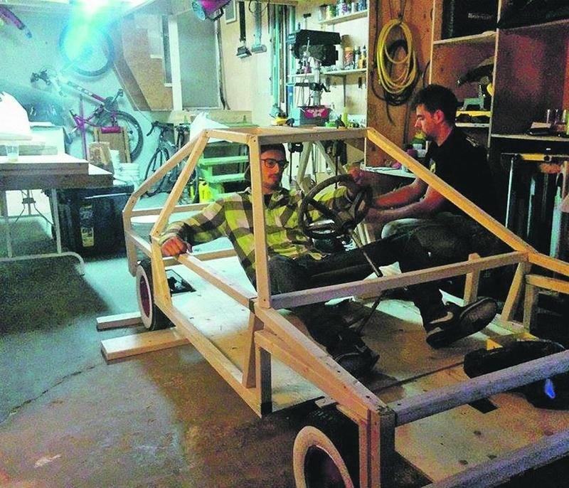 On peut voir Émile Champigny et Samuel Chamberland en train de construire et d'assembler la DeLorean version boîte à savon.  Catherine Chamberland