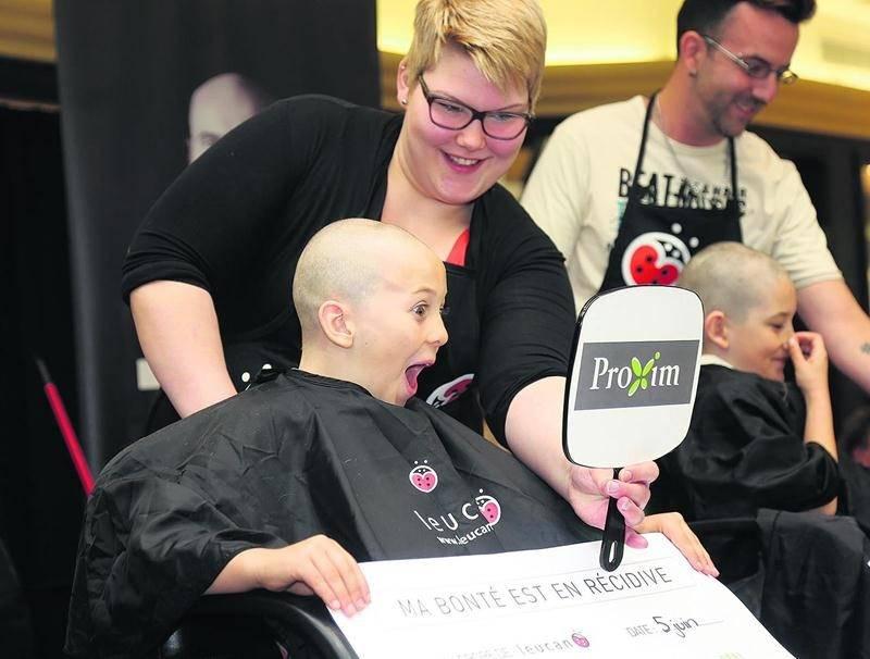 Un total de 51 participants ont posé le grand geste de mettre leur tête à prix en signe de solidarité envers les enfants atteints de cancer. Photo Robert Gosselin | Le Courrier ©