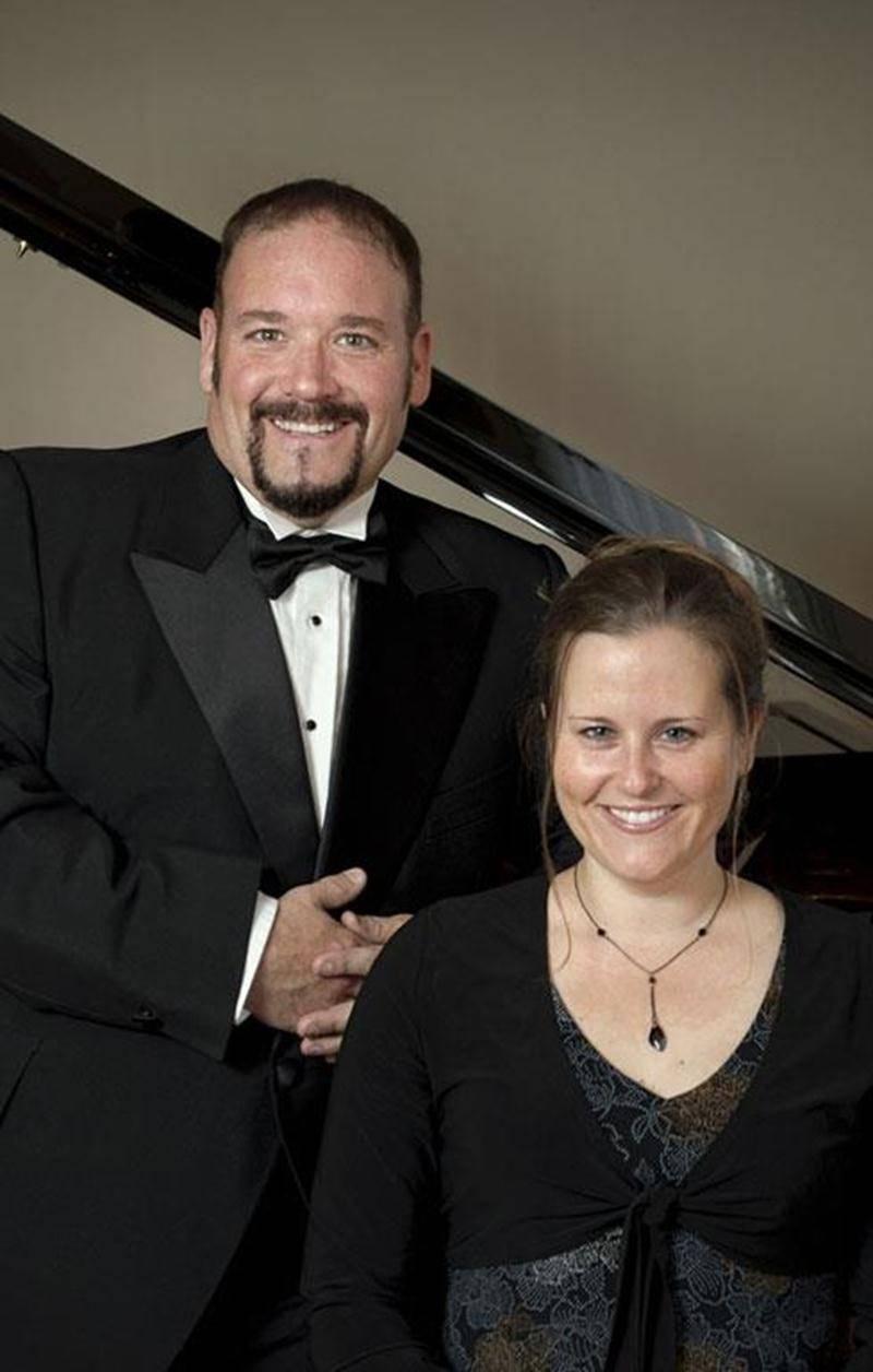 La soprano maskoutaine Julie Goupil et le ténor de Beloeil, Daniel Biron, présenteront le vendredi 28 septembre le concert <em>Les plus beaux duos</em> au Centre communautaire de la Pointe-Valaine à Otterburn Park dès 19 h 30. Accompagnés du pianiste Denis-Alain Dion, ils interprèteront des airs tirés de grands opéras classiques tels que <em>La Traviata</em> et <em>Don Giovanni</em>, les plus beaux duos de comédies musicales de Brodway, dont <em>The Phantom of the Opera</em> ou <em>West side Sto