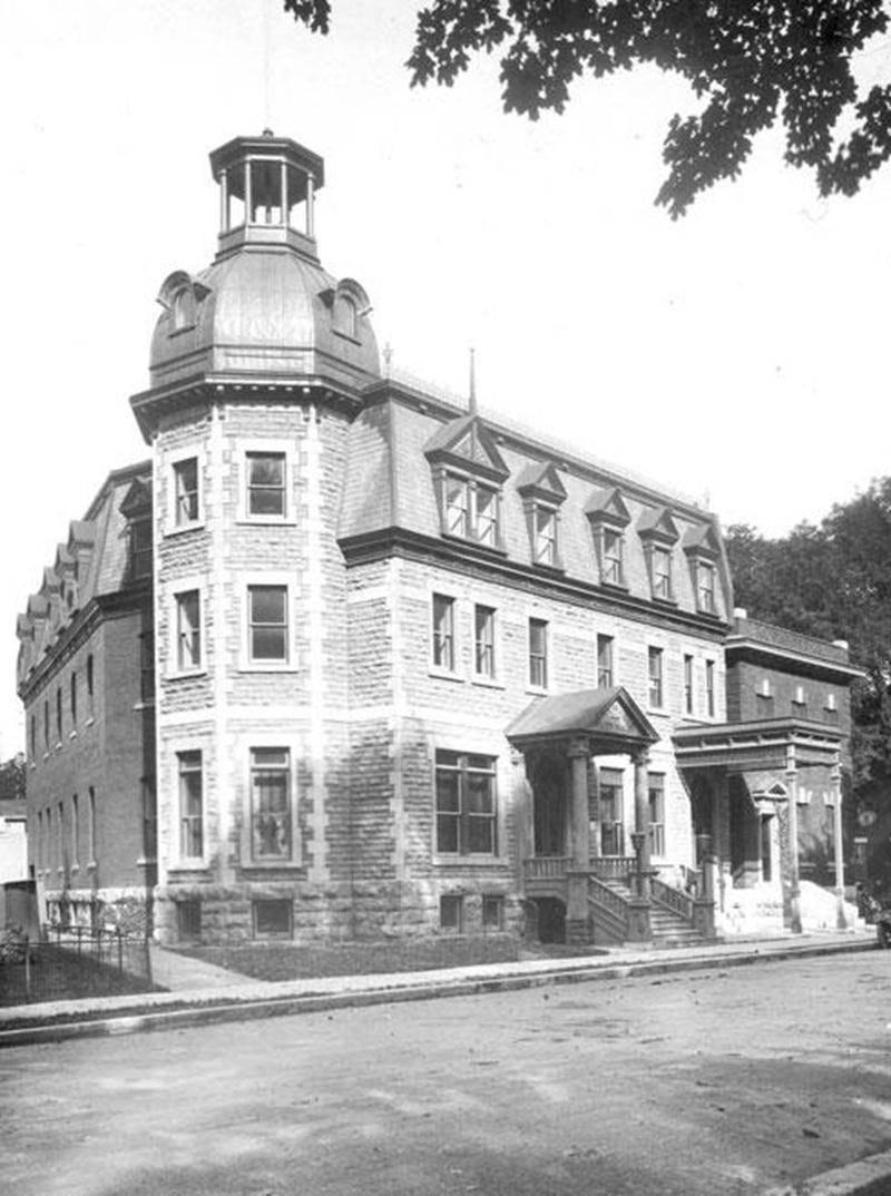 Ancien hôtel Yamaska vers 1922. (Archives du Centre d'histoire de Saint-Hyacinthe: CH478-014-PI009-002-0003)