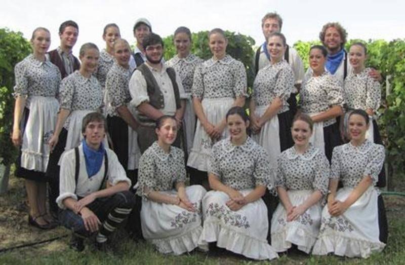 Les jeunes danseurs et musiciens de l'école de danse <em>Les Chamaniers de Saint-Hyacinthe</em>, âgés de 14 à 25 ans, ont eu la chance de participer, cet été, à deux festivals folkloriques internationaux qui se tenaient en France. Ils ont d'abord été accueillis dans le cadre du festival <em>Jeux Santons, Folklore mondial</em> de la ville de Saintes dans le département de la Charente-Maritime au sud-ouest de la France. La troupe maskoutaine s'est ensuite dirigée vers le sud de la France pour part