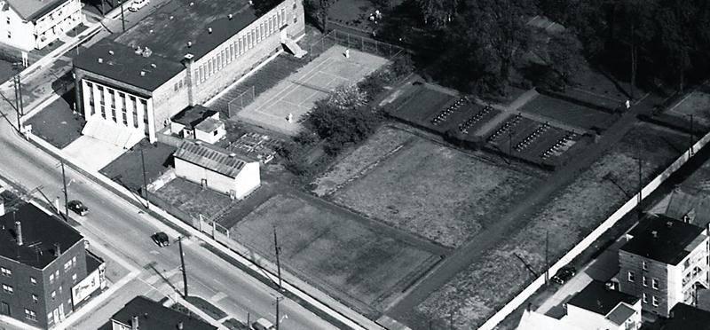 Photo datant de 1955 du vaste terrain des Pères Dominicains situé à l'arrière de leur couvent et de l'église Notre-Dame du Rosaire. À l'orée du boisé, se trouvait l'ancien cimetière des religieux. Photo Studio Lumière