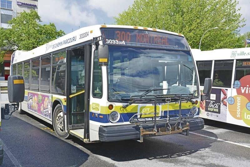 L'autobus est le moyen le plus économique pour rejoindre Montréal, mais pas le plus rapide. Photo François Larivière - Le Courrier