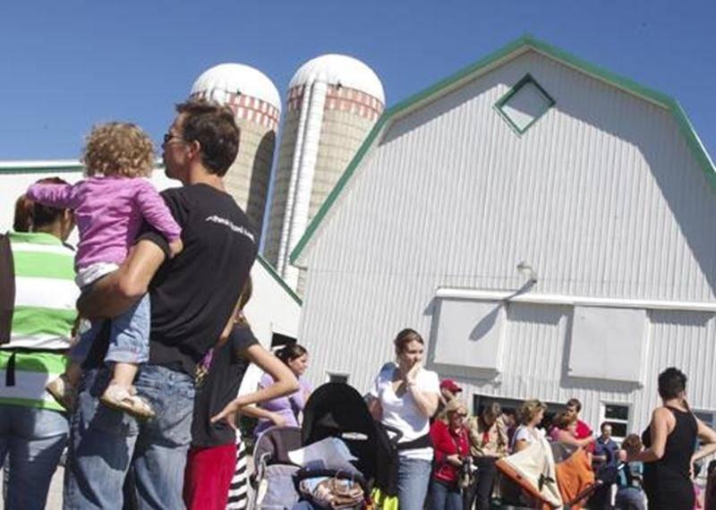 Les visiteurs attendent patiemment pour rentrer à la ferme Maskita de Saint-Hyacinthe qui a été très achalandée durant la journée portes ouvertes.