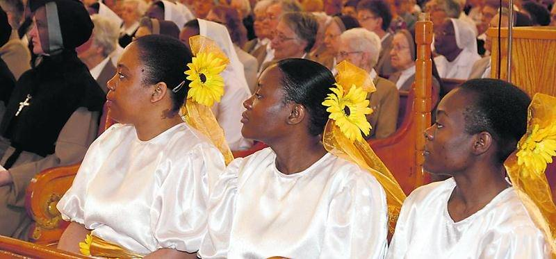1. La messe solennelle a été rehaussée par la présence des Chevaliers de Colomb, par des comédiennes personnifiant les quatre pionnières de la congrégation en sol maskoutain et par les chants de l'Harmonie vocale sous la direction de James Copland. 2  et  3. Une reconstitution historique et théâtrale en deux temps de l'arrivée des soeurs en sol maskoutain, devant leur plus grande oeuvre, l'Hôtel-Dieu de Saint-Hyacinthe. 4. L'évêque a échangé la paix avec Sr Diane Beaudoin, supérieure générale