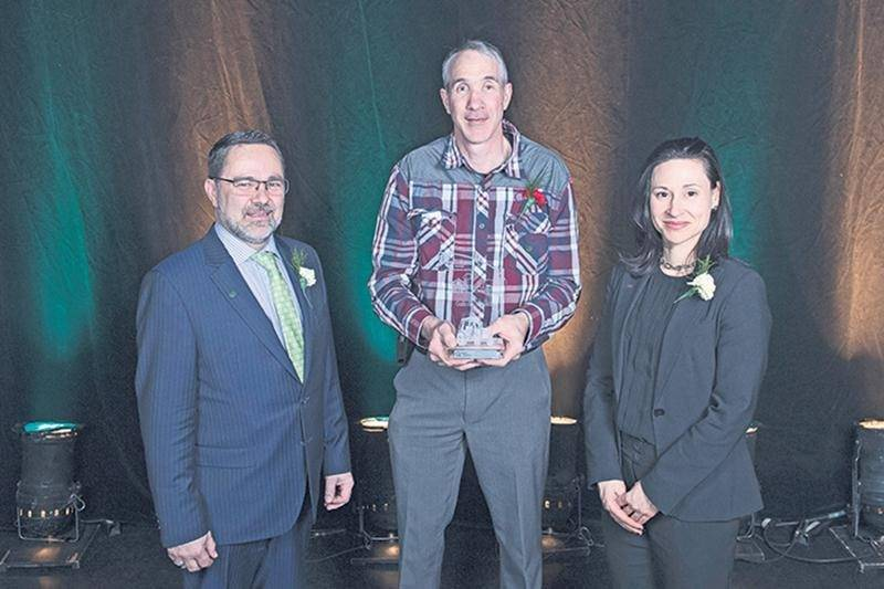 Christian St-Jacques, président de l'UPA de la Montérégie, et Marie-Ève Sylvestre, représentante d'Hydro-Québec, ont remis le prix Bon coup à Éric Beauregard (au centre), président de l'UPA de la rivière Noire, pour sa campagne de promotion de l'agriculture locale dans la MRC d'Acton.