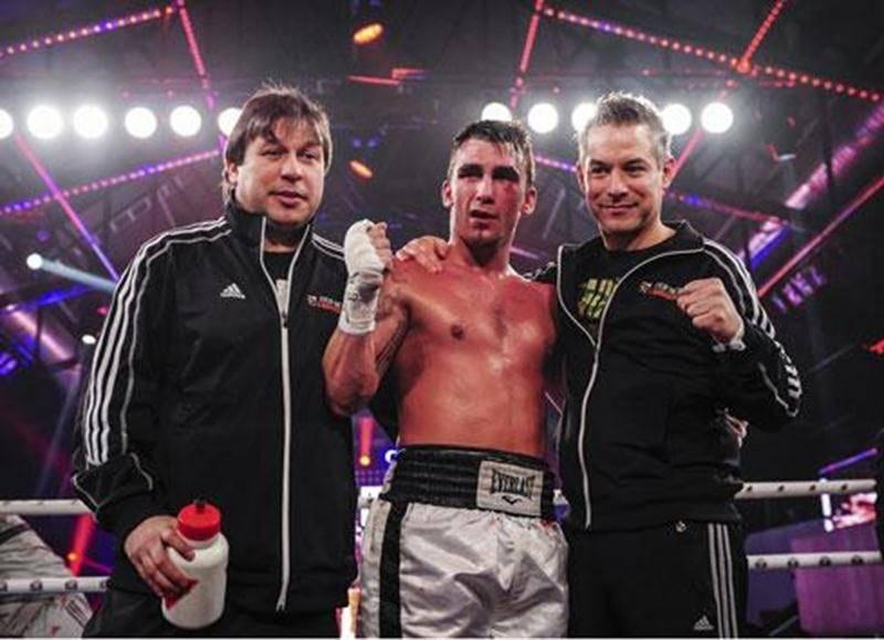 Michael Gadbois en compagnie de ses entraîneurs Marc Seyer et Alain St-Amand après sa victoire.