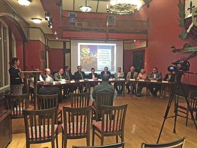 Le maire et tous les conseillers ont exceptionnellement participé à une conférence de presse de solidarité envers Réseau Sélection au terme de l'assemblée publique du 15 mai.  Photo CogecoTV