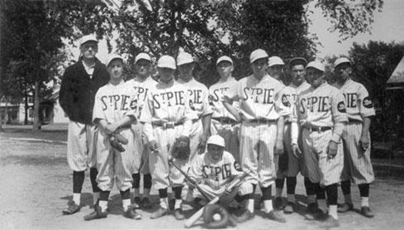 Le club de baseball Saint-Pie entre 1930-1940. Archives Luc Cordeau.