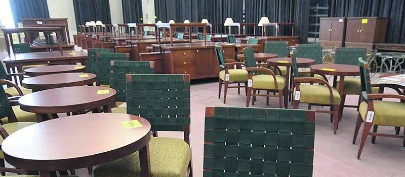 Un vaste choix de mobilier de bureau comprenant différents styles de tables et de chaises était proposé à la vente.