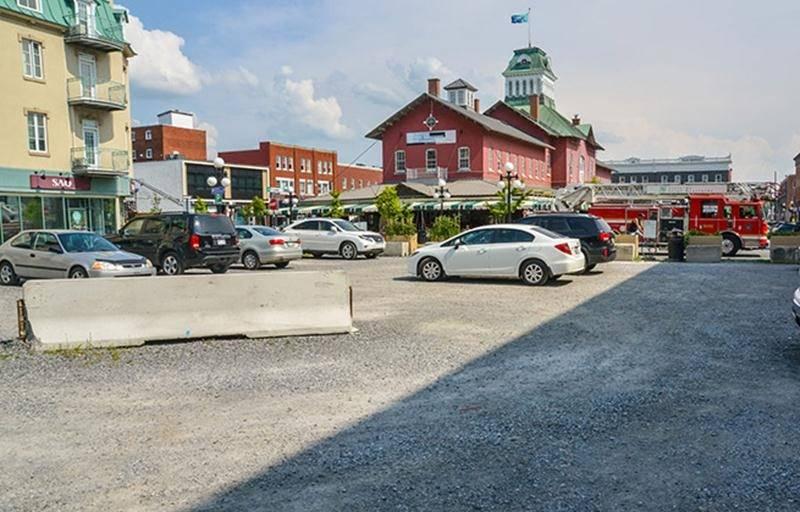 Le terrain situé au 1600, rue des Cascades vient encore une fois de changer de propriétaire, cette fois au terme d'une transaction de 800 000 $.   Photo François Larivière | Le Courrier ©