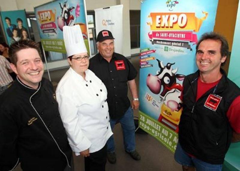 Les chefs cuisiniers Rock Fortin et Annie Bahl posent ici avec les éleveurs de boeuf Wagyu, Jeannot Luckenuik et Guy Noiseux.