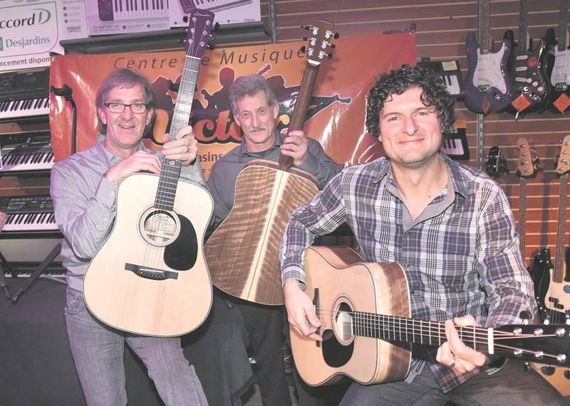 Robin Boucher, Jean-Pierre Lavoie et Rémy Bazinet tiennent les trois premiers exemplaires de cette guitare très spéciale. Photo François Larivière | Le Courrier ©