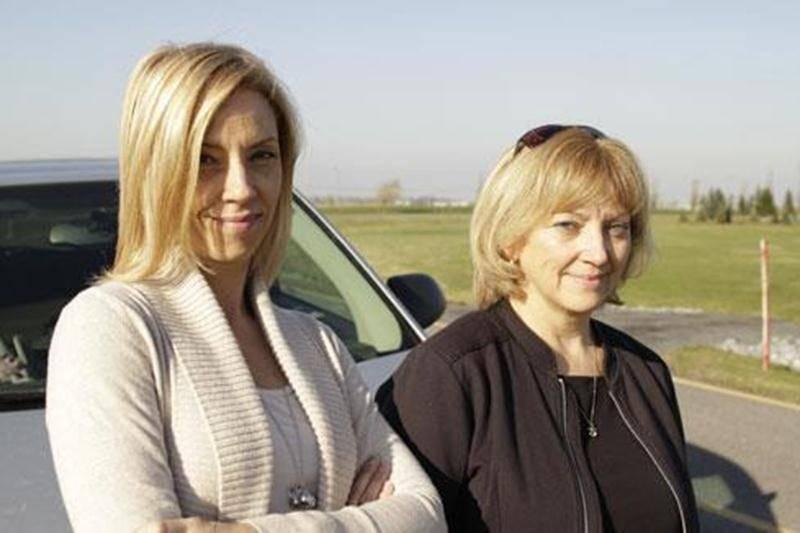 À gauche, Isabelle Lamoureux de Boucherville; à droite, Nancy Gardner de Saint-Hyacinthe. Elles forment l'équipe « Les Maracas » au rallye Rose des sables 2013.