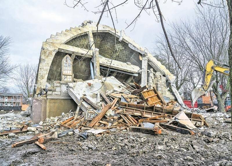 Les travaux de démolition ont progressé rapidement cette semaine. Mercredi après-midi, il ne restait plus grand-chose de l'église Sacré-Coeur-de-Jésus. Photo François Larivière   Le Courrier ©