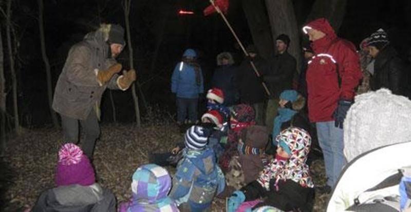 Le 15 décembre, à la Réserve naturelle Boisé-des-Douze, une cinquantaine de personnes ont vécu la magie de la randonnée contée « En attendant Noël ». Malgré le froid de ce samedi soir, d'une halte à l'autre, le conteur François Lavallée a séduit petits et grands avec ses captivantes histoires, sa musique et sa marionnette. « On reviendra l'an prochain! » prévoyait un papa devant l'intérêt de sa petite famille. Nul doute que cette tradition se poursuivra en 2013. Les randonnées contées au Boisé d