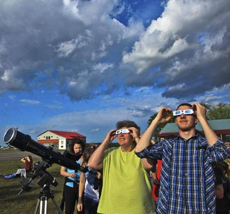 Quelque 150 personnes se sont réunies à l'aéroport de Saint-Hyacinthe pour observer le passage Vénus devant le Soleil.