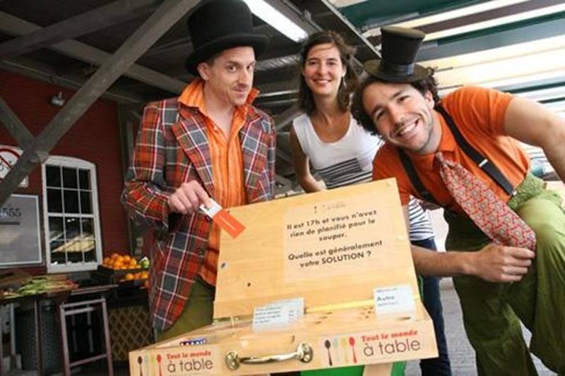 Julie Aubé pose ici avec ses deux animateurs rigolos, Michel Lévesque et Jean-François Guilbault, au marché public de Saint-Hyacinthe.