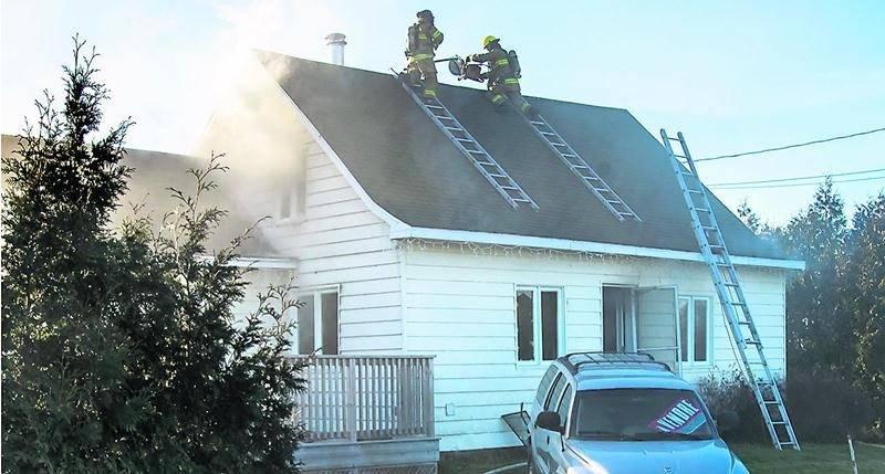 La résidence est une perte totale après avoir été durement touchée par les flammes. Photo François Larivière   Le Courrier ©