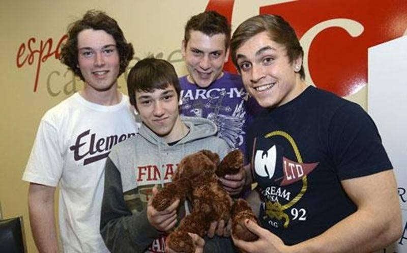 Les quatre gagnants d'une bourse de 700 $ pour la tirelire Oursous. Frédérique Lafond Daviau, Samuel Croteau, Bryan Lavoie et Nathan Gauthier.