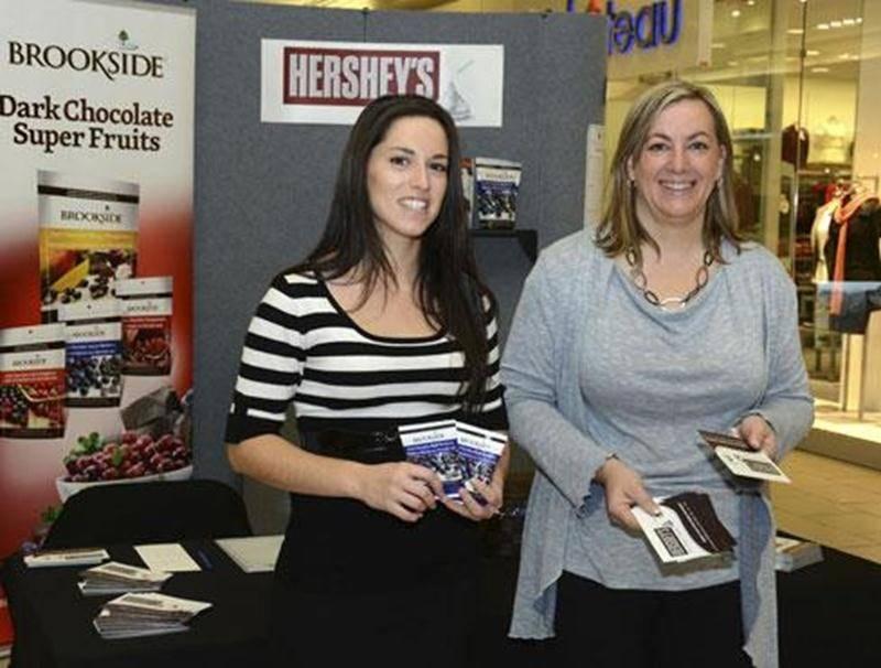 Marie-France Desmarais, directrice des ressources humaines chez Brookside (à droite) et Mylène Bourret, chargée du recrutement, ont tenu un kiosque aux Galeries St-Hyacinthe en vue de recruter du personnel.
