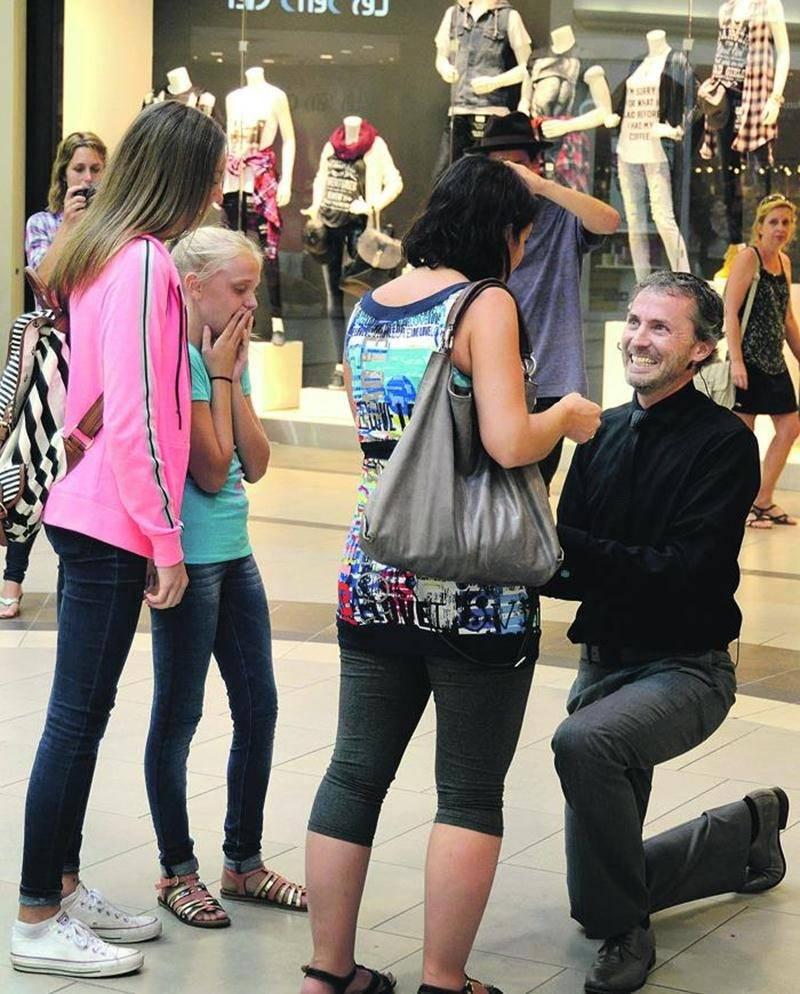 Réal Dubuc a demandé la main de sa conjointe, Catherine Gervais, le 21 août aux Galeries St-Hyacinthe sous les yeux de ses deux filles, Émy et Rosalie. Photo François Larivière | Le Courrier ©