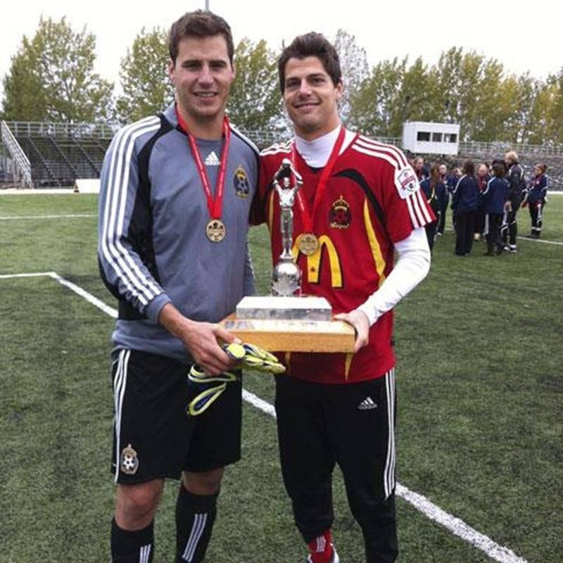 Le Maskoutain Vincent Cournoyer (à gauche) a réussi deux arrêts contre Edmonton lors des tirs en barrage, en finale du championnat canadien de soccer senior.