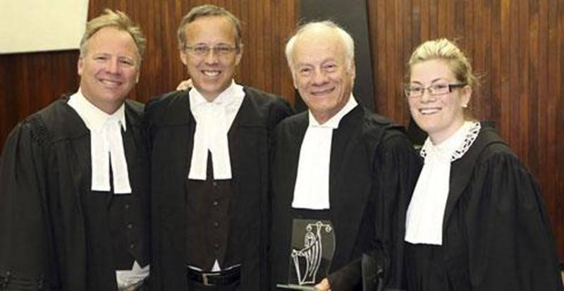 L'avocat maskoutain Me Jacques Sylvestre père a reçu une plaque honorifique afin de souligner ses 50 ans de pratique. On l'aperçoit en compagnie de ses fils Jacques Sylvestre Jr et Frédéric Sylvestre à gauche et de sa petite-fille Coralie Sylvestre-Trudeau à droite.
