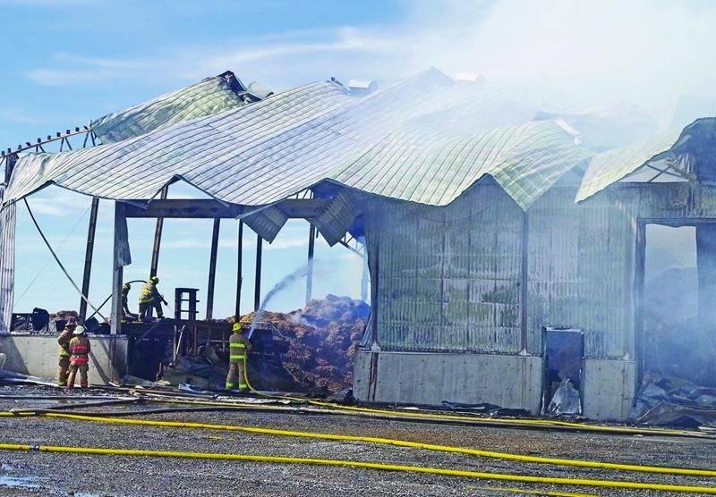 L'intervention des pompiers, qui a débuté vers 22 h le 30 juin, a duré près de 24 h en raison des énormes quantités de pailles qui y étaient entreposées.Photo Dominique St-Pierre