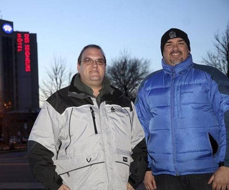 Dans l'ordre habituel, Pierre Harnois et Robin St-Pierre, président du syndicat CSN des employés de l'Hôtel des Seigneurs.