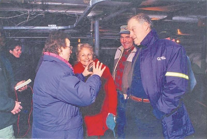 Denise Brodeur-Riendeau, présidente, Hélène Miron, membre exécutif à la Fédération de l'UPA Saint-Hyacinthe, et André Cailler, président d'Hydro-Québec, lors d'une visite de ferme pendant le verglas de 1998.